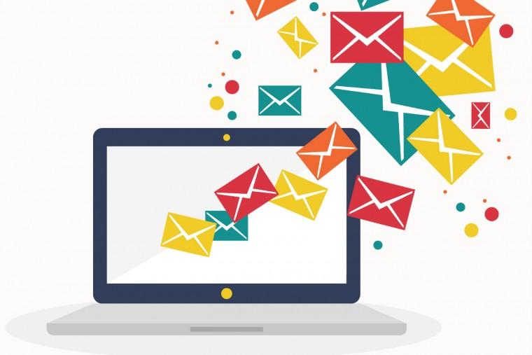 copertina articolo email e virus, computer con buste dei messaggi