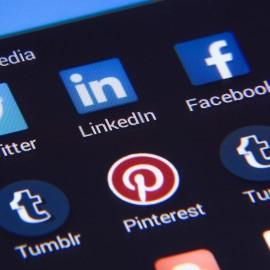 schermo di smartphone con icone dei social, facebook, linkedin, twitter